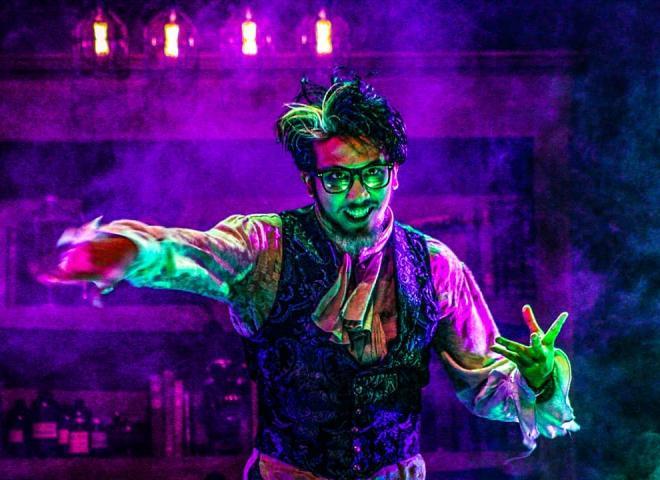 spooky Victorian actor at Universal's Halloween Horror Nights