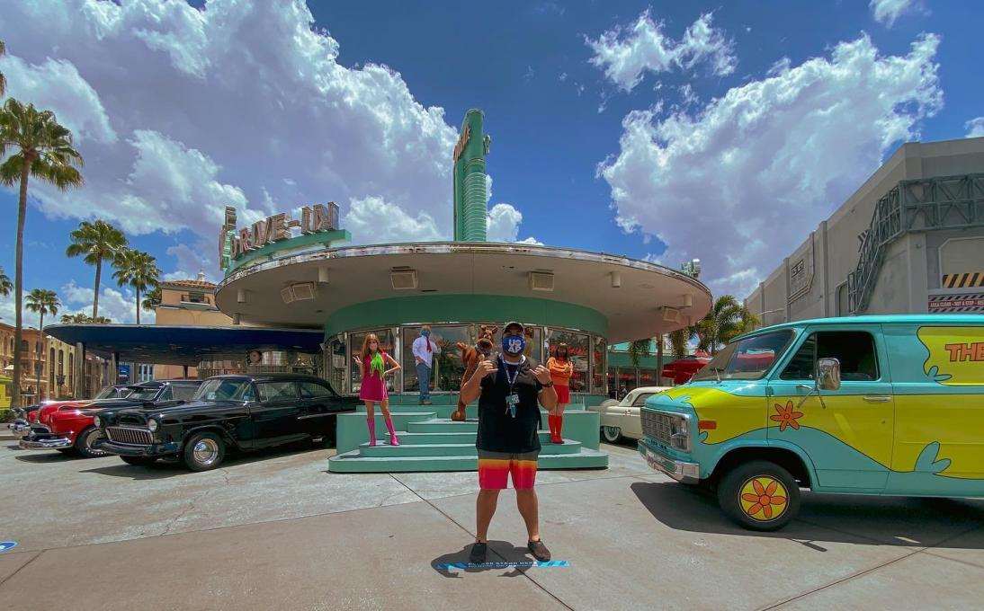 A man stands in front of Scooby and the Gang at Universal Resort Orlando