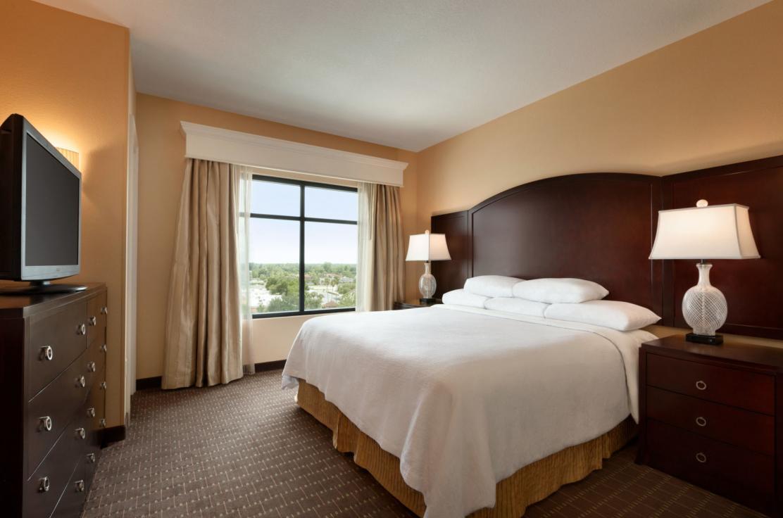 Deluxe King Suite Bedroom